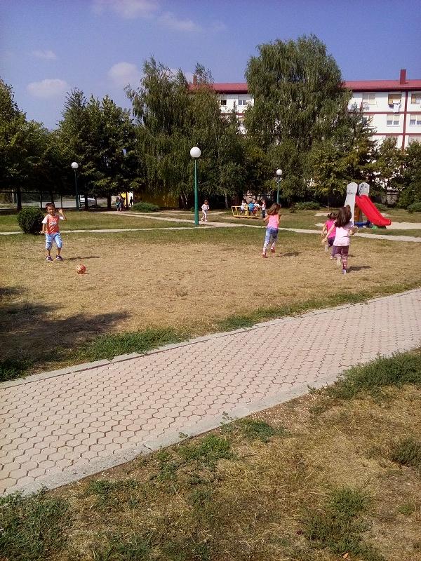 Mališani u igri ispred vrtića