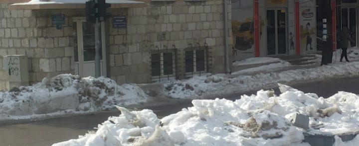 Led i snijeg stvaraju probleme i pješacima i vozačima