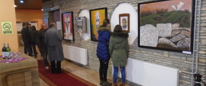 "Izložba slika ""Belezi velikih zločina"" u Gacku"