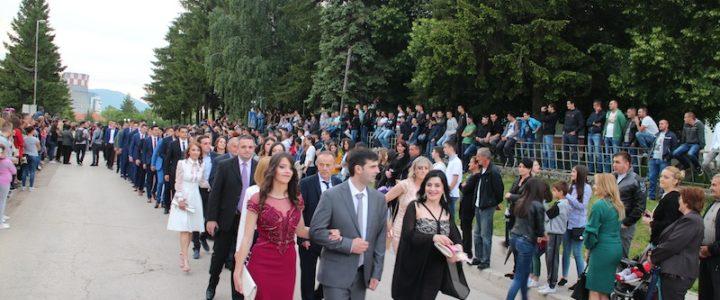 Gatački maturanti u svečanom defileu